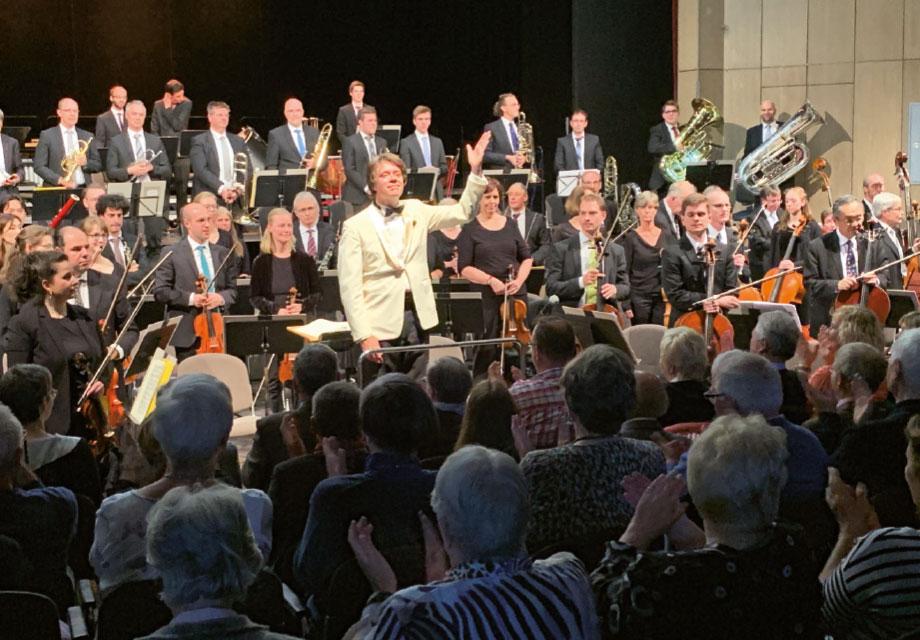 Ein Dirigent mit Orchester